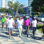 Centenas caminham  por uma vida mais saudável