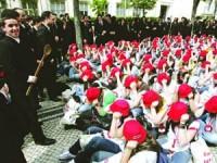 Estudantes concentram-se junto ao TAGV pela praxe