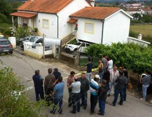 Populares junto à habitação do casal encontrado morto em Foz de Arouce, Lousã. FOTO CARLOS JORGE MONTEIRO