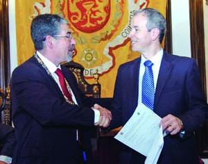 Manuel Machado e João Gabriel Silva após assinar o protocolo. FOTO CARLOS JORGE MONTEIRO