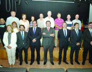 Homenageados no Dia do Município junto de todos os membros do executivo. FOTO LUÍS CARREGÃ