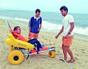 Simão Lopes e Luís Figueiras transportaram Ricardo Ferreira na Praia M+. FOTO CLÁUDIA TRINDADE