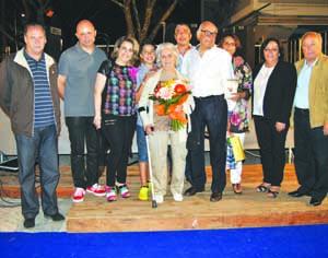 Três elementos do executivo junto do casal homenageado e respetivos familiares. FOTO DR