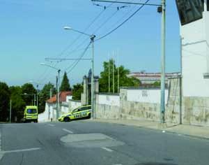 Momento em que a VMER e a ambulância do INEM saíam do Estabelecimento Prisional. FOTO LUÍS CARREGÃ