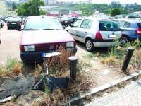 """""""Parque"""" de estacionamento é, hoje, espaço degradado e desordenado. FOTO LUÍS CARREGÃ"""