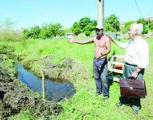 Paulo Oliveira, agricultor, é apoiado pelo presidente da junta, Hélder Abreu, na denúncia da situação. FOTO LUÍS CARREGÃ