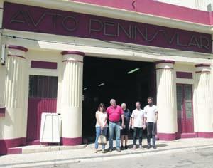 Ana Carvalho, José Esteves, Jorge Tocha, Henrique Simões e Mário Oliveira à entrada da antiga garagem. FOTO CLÁUDIA TRINDADE