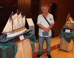 Manuel Afonso junto da primeira miniatura que construiu. FOTO CLÁUDIA TRINDADE