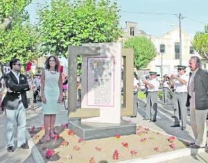 João Portugal, Fernanda Lorigo e José Duarte na inauguração do monumento. FOTO CLÁUDIA TRINDADE