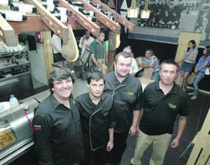 Rodrigo Serra (à esquerda), acompanhado pela equipa do restaurante. FOTO LUÍS CARREGÃ
