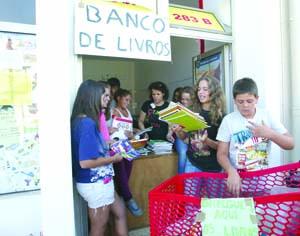 Entrega dos manuais decorre todas as sextas-feiras, na rua de Moçambique. FOTO LUÍS CARREGÃ