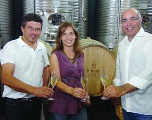 """Carlos Rodrigues, Lúcia Freitas e Carlos Lucas são a """"alma"""" da empresa que também produz vinhos no Alentejo e Douro. FOTO CARLOS JORGE MONTEIRO"""