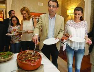 No dia da apresentação, Luís Antunes deu a saborear alguns dos pratos típicos desta altura no concelho. FOTO DR