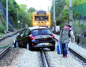Acidente aconteceu junto à passagem de nível do Loreto, pouco depois da estação velha. FOTO DB/LUÍS CARREGÃ
