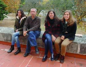 Joana Santos, Paulo Trincão, Aurora Moreira e Beatriz Lacerda. As duas alunas da Quinta das Flores, que entraram em Biologia, com o diretor do Botânico e a coordenadora do projeto. FOTO DB/CARLOS JORGE MONTEIRO