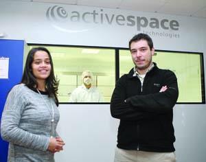Susana Boavida e o CEO Ricardo Patrício junto à nova sala limpa ISO8 para produção de instrumentação espacial. FOTO DB/LUÍS CARREGÃ