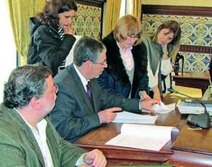 Manuel Machado e Francisco Queirós entregaram cinco T3 e um T2. FOTO DR