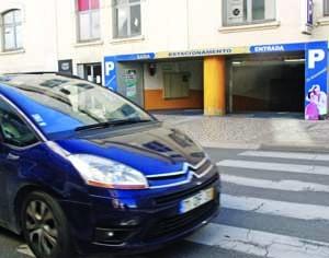 No parque de estacionamento D. Dinis, junto ao Bota-Abaixo, em Coimbra, há 70 lugares disponíveis com baixas tarifas. FOTO DB/LUÍS CARREGÃ
