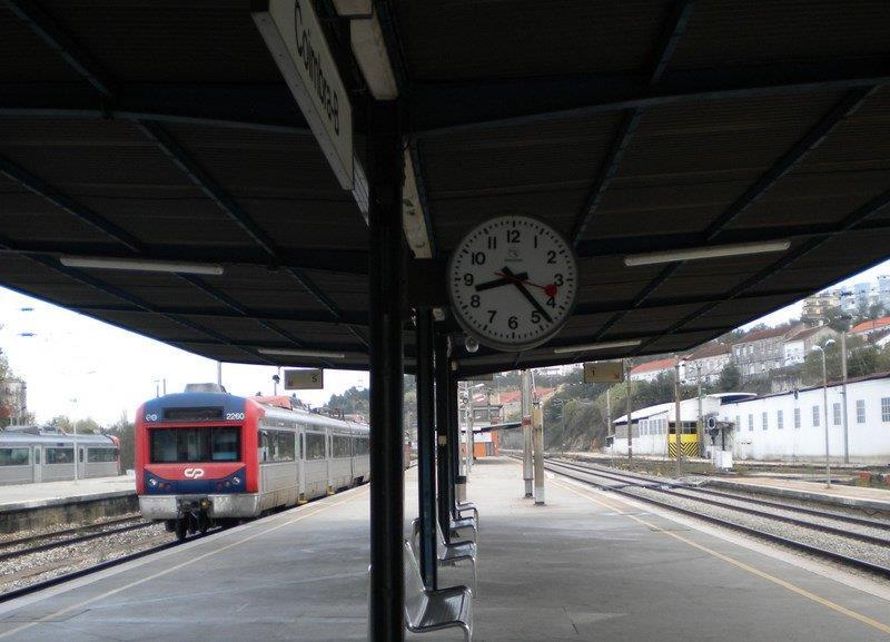 Resultado de imagem para comboios suburbanos estão suspensos