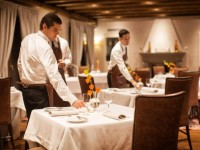 Restaurantes com oito pessoas por grupo no interior e 15 na esplanada