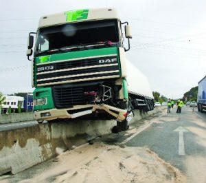 Despiste de camião no IC2 fere condutor