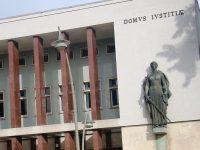 Em tribunal por homicídio da mulher (de que se estava a  separar) e do companheiro dela