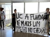 Sócrates recebido por protesto contra fundação na Universidade de Coimbra