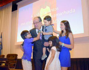 Manuel Antunes abraçado pelos netos, no final da cerimónia