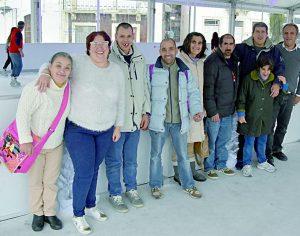 Pista de gelo atrai pessoas de todas as idades ao Terreiro da Erva