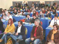 Debater e formar uma opinião na sessão distrital do Parlamento dos Jovens