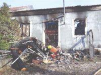 Incêndio destrói casa e faz dois desalojados