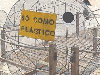 Estrutura em forma de peixe alerta para a poluição dos plásticos